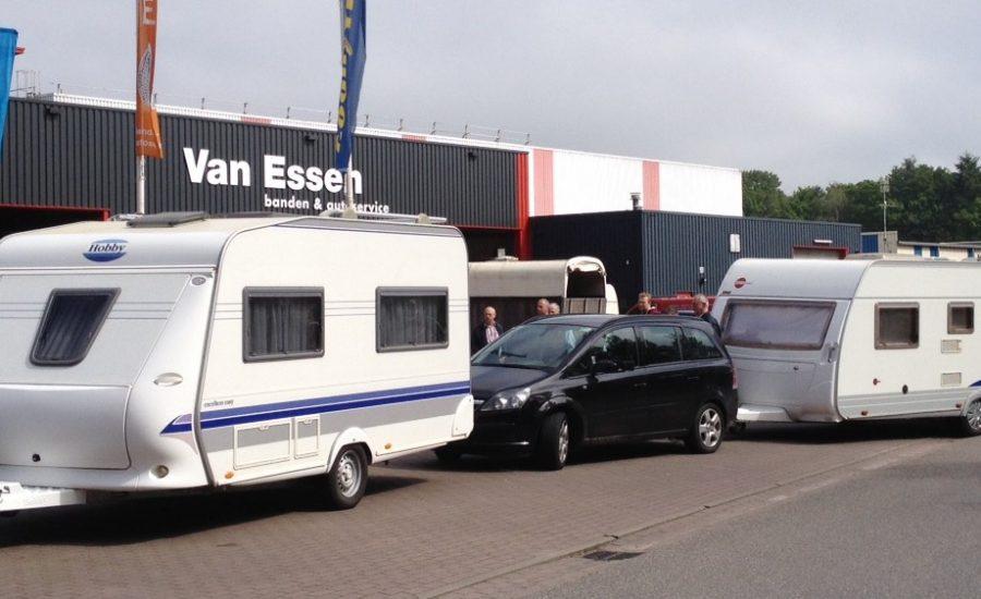 Caravans in de rij bij het pand van Van Essen in Eerbeek voor nieuwe banden