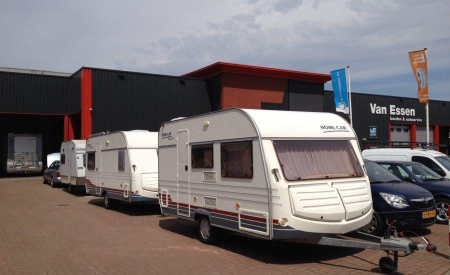Caravans in de rij op de parkeerplaats bij Van Essen