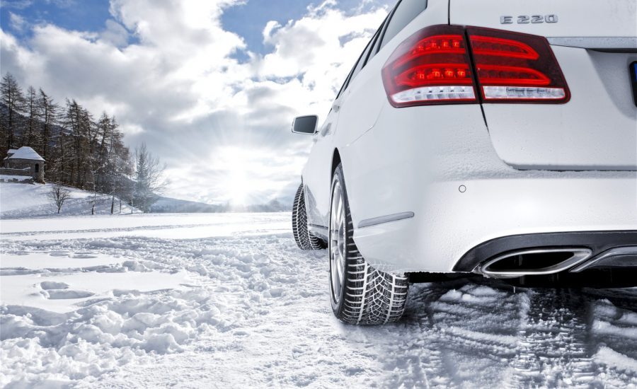 De linker achterkant van een auto in de sneeuw