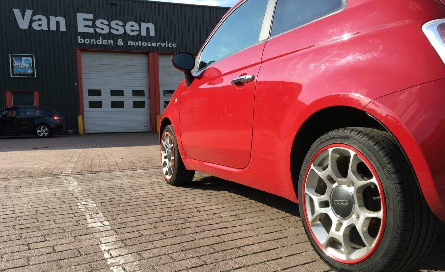 Een rode Fiat 500 met rode AlloyGator velgbescherming bij Van Essen op de parkeerplaats