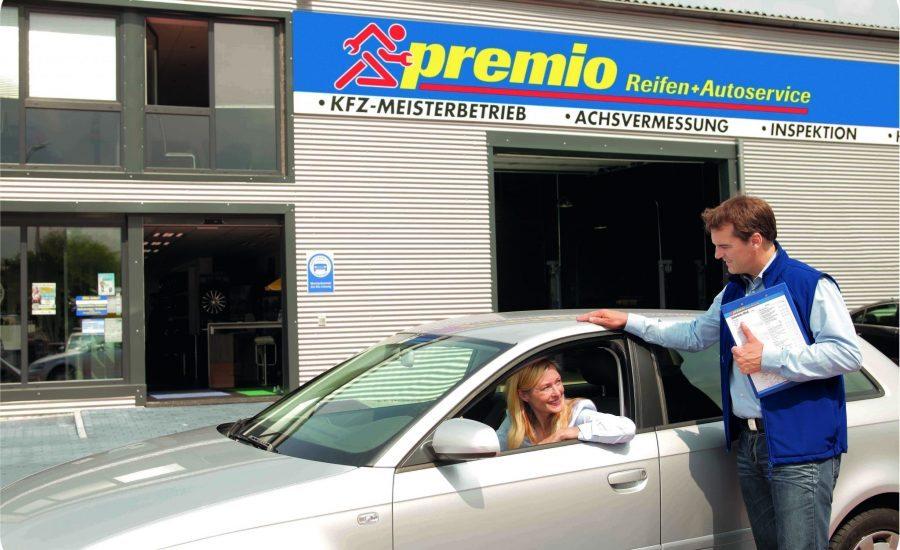 Een vrouwelijke klant vertrekt bij Premio Van Essen met een nieuwe gemonteerde accu