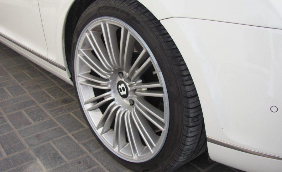 Een Bentley wiel met grijze AlloyGator velgbescherming