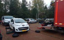 Zomer en winterbanden wissel op locatie bij triada van meerdere auto's