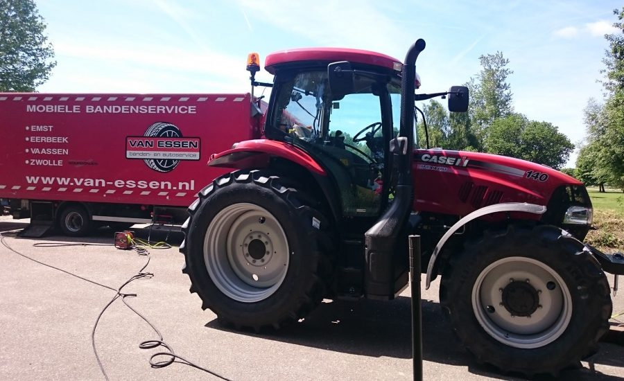 Van Essen heeft banden van een tractor verniewd