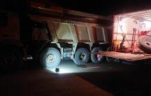 Van Essen voert 's nachts met servicetruck pechservice uit aan een bakwagen voor boskalis