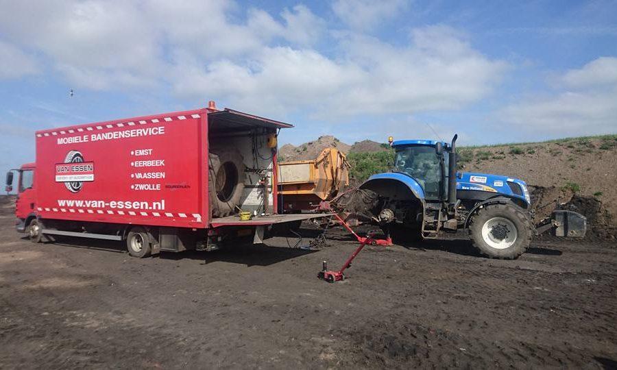 De pechservice van Van Essen is opgeroepen bij een lekke band aan een blauwe tractor van Koller