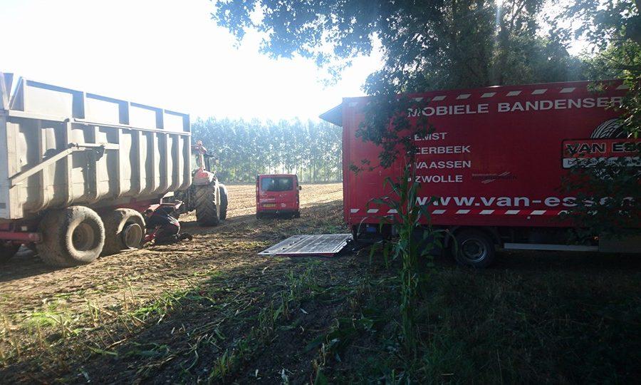 tractor met bakwagen in het land maakt gebruik van de 24 uurs banden pechservice