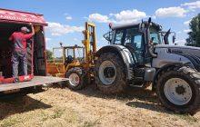 Een monteur van Van Essen repareert een band van een tractor die in het land met pech staat
