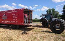 Een monteur van Van Essen vervangt een band van een tractor in het weiland