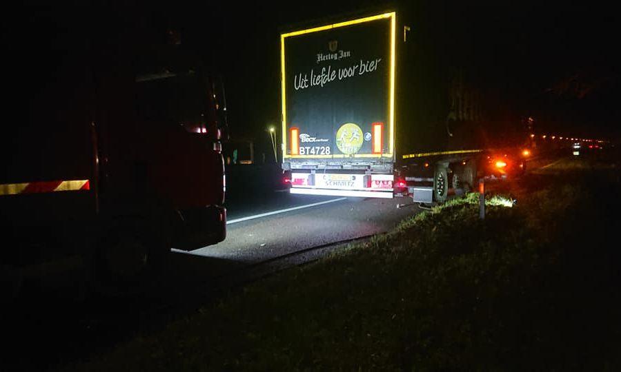 's nachts een spoed reparatie uitgevoerd aan een band van een truck van bierbrouwer hertog jan