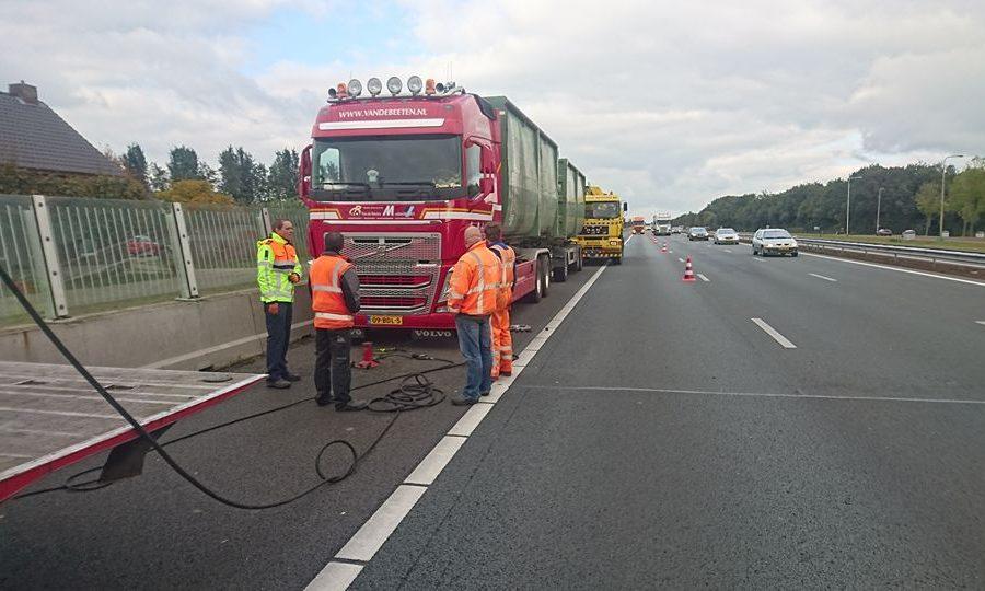 Van Essen voert pechservice uit aan een truck langs de snelweg