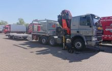Op een parkeerplaats wordt een band van een truck gerepareerd