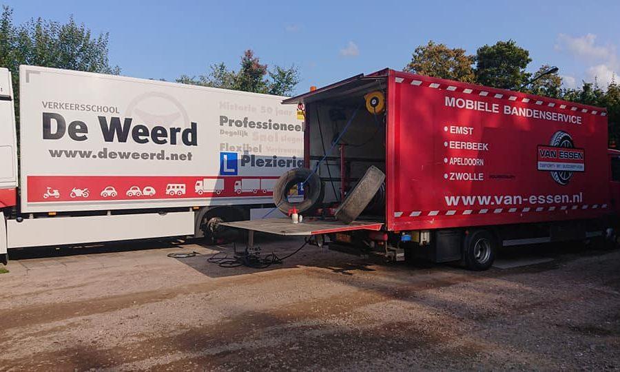 De mobiele servicetruck wordt ingezet voor vervanging van banden van een vrachtwagen van rijschool de Weerd