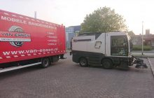 Van Essen is gevraagd voor banden pechservice aan een veegmachine van Ter Riele