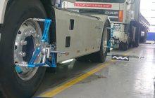 In ingezoomd beeld van een vrachtwagen dat uitgelijnd wordt
