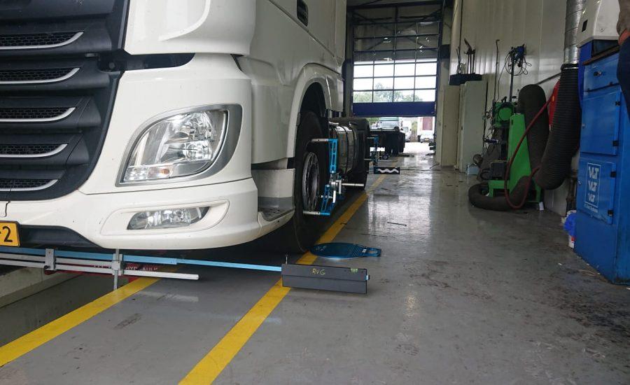 Een truck wordt door Van Essen uitgelijnd